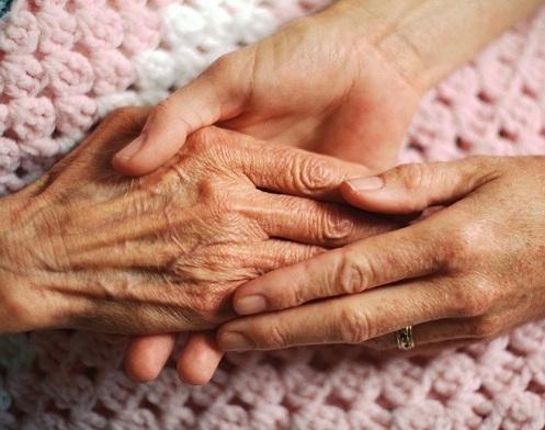 mains-personne-agee-aide-soutien-moral-photo-cpa-publiee-par-infosuroit-com_.jpg