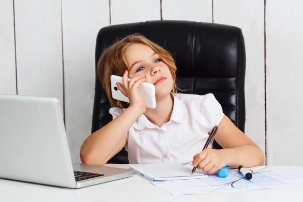 jeune-fille-belle-telephone-parlant-au-lieu-travail-au-bureau176420-5129.jpg