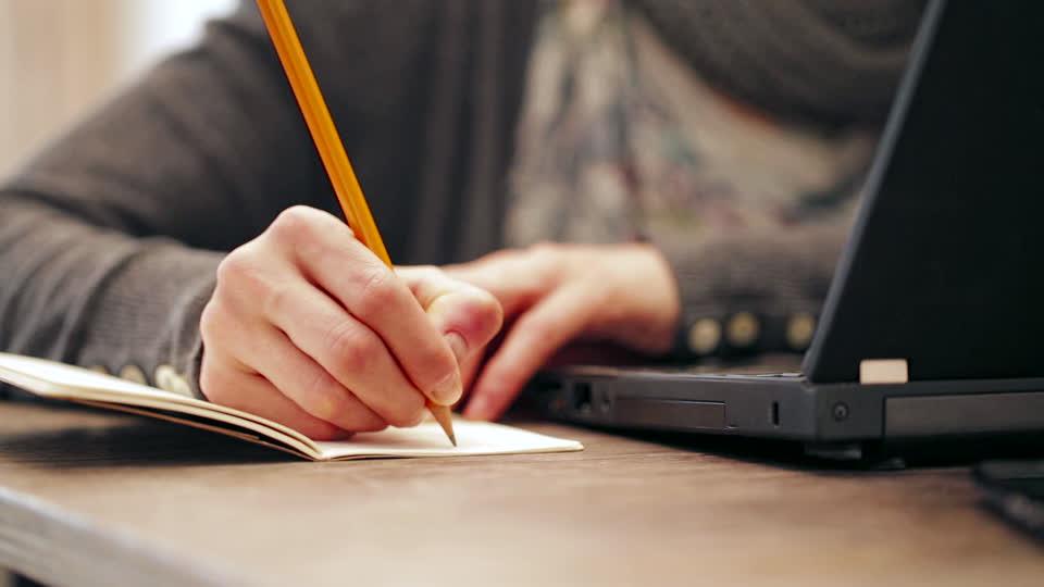 933848555-crayon-a-papier-bloc-notes-faire-ses-etudes-collection-petar-neychev.jpg
